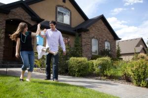 Family-leaving-house
